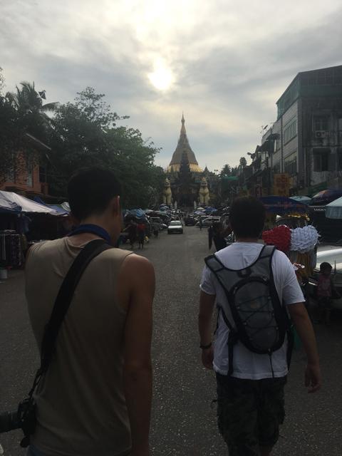 ヤンゴンの街を歩く俺(右)とキャメル