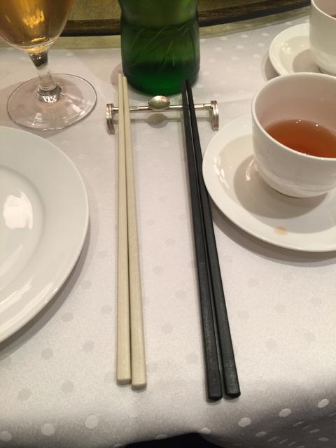 取り分け用と食べる用に2種類の箸が置かれている