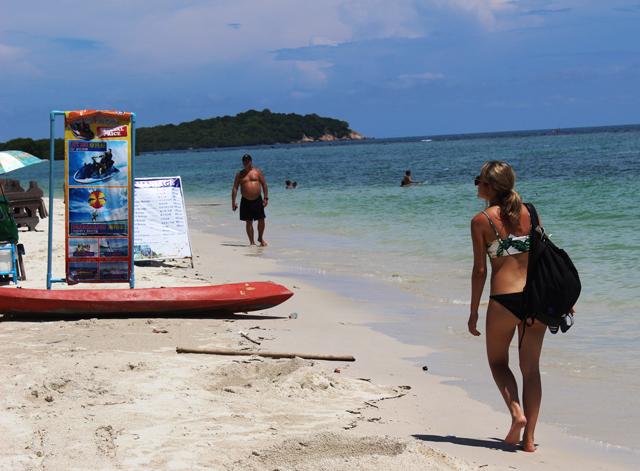 サムイでは例によって水着ギャルの盗撮に勤しむ。日本ほど警戒されないのである
