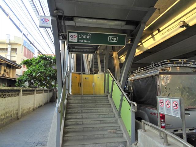 パクナム最寄りの駅階段はここ。MRTAの看板が付いている