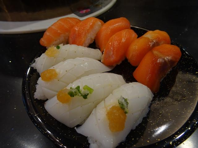 回転しゃぶしゃぶ「オイシ」の寿司。最近はイカがラインアップから消えている