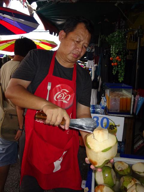 タイは路上のココナツ売りも多く、身近な食べものでもある