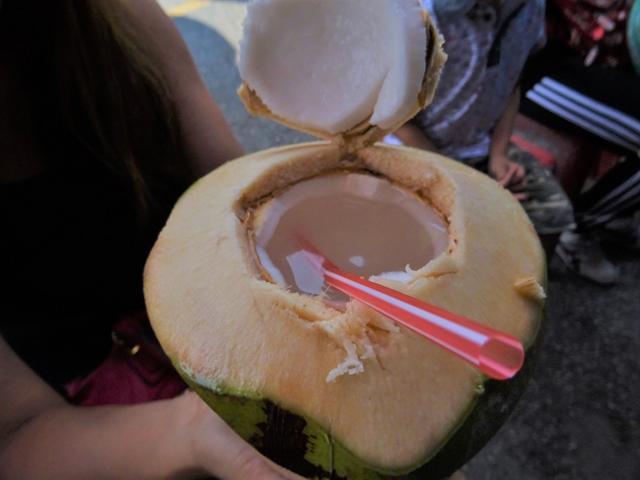 ココナツの果肉はそのまま食べると別においしくないが……