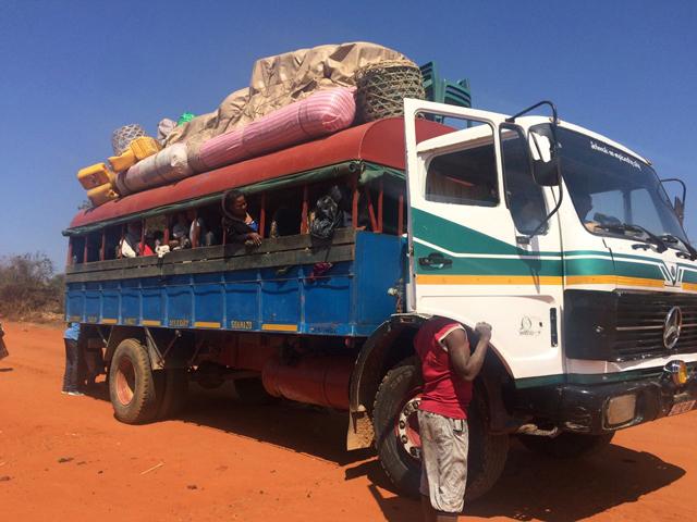 未舗装の悪路を進むトラック型のタクシーブルース