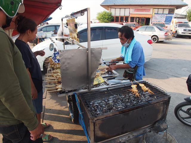 開店前から客がやって来るサムットプラカンのイカ焼き屋台