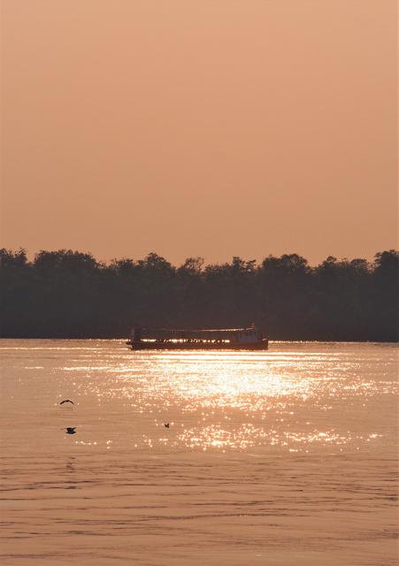 夕方のパクナム。渡し船が対岸に向かう