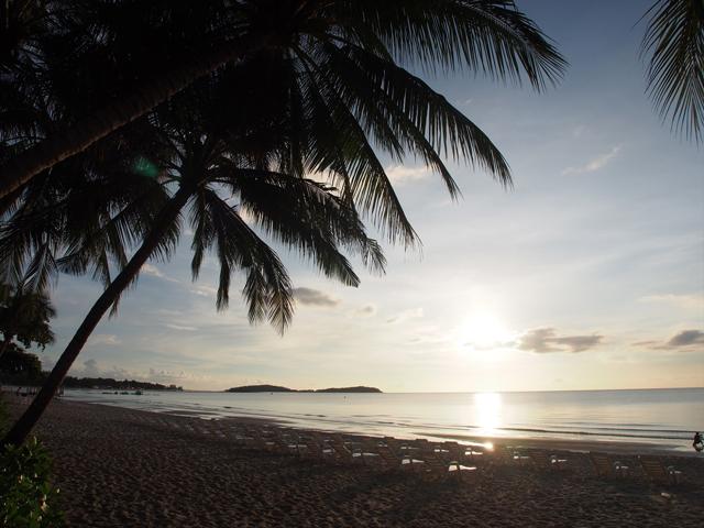 サムイ島のビーチに朝日が昇る