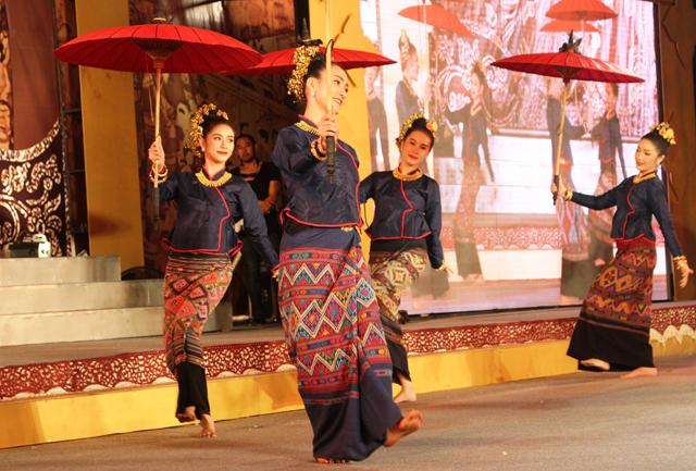 チェンマイ郊外には傘の名産地もある。美女によるショーをやっていた