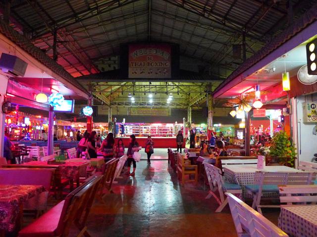 チェンマイにもやはりピンク施設が並ぶ。とくに多いのがバービアだ