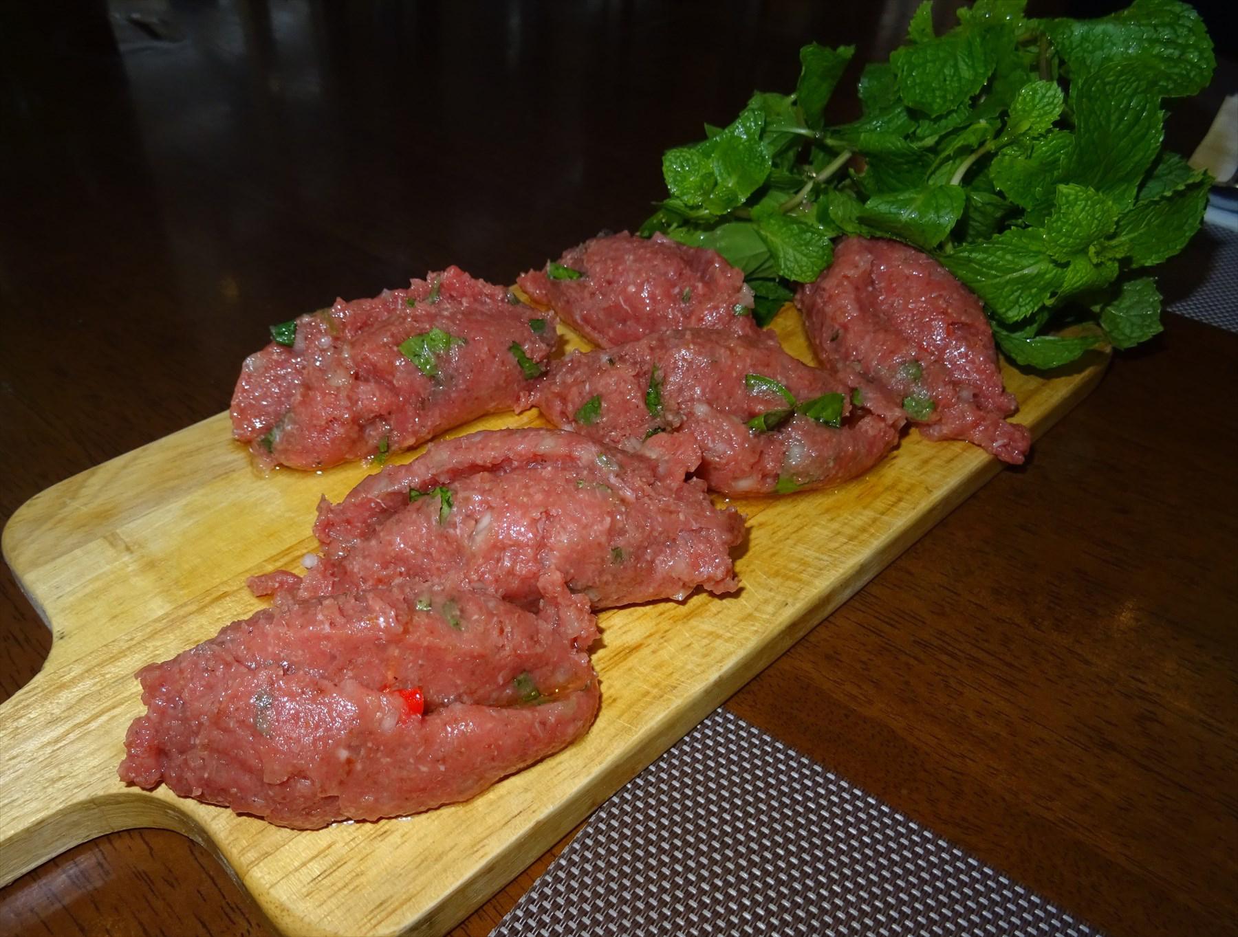 バンコクでは他国の生肉料理も食べられる。これはレバノン料理店「ナディモス」のクッベ・ナーイエ(ラム肉)