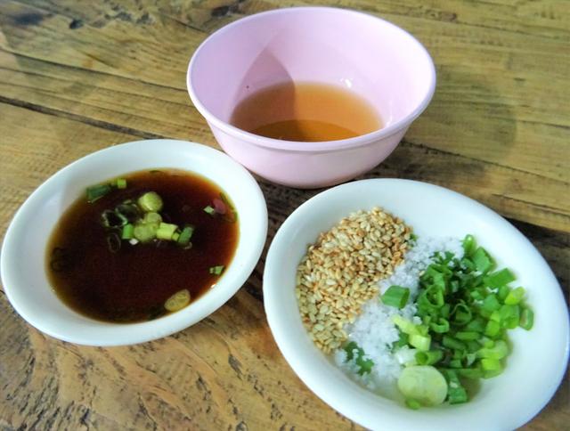 ヨートさんが日本人に人気なのは、レバ刺しを日本式に食べられるところ