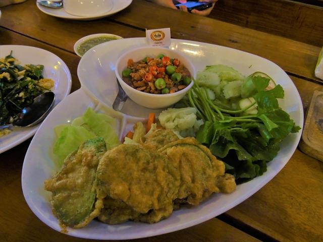 タイ南部ラノーン県の温泉にある食堂で食べた天ぷらにもナムプリック・ガピがあった。