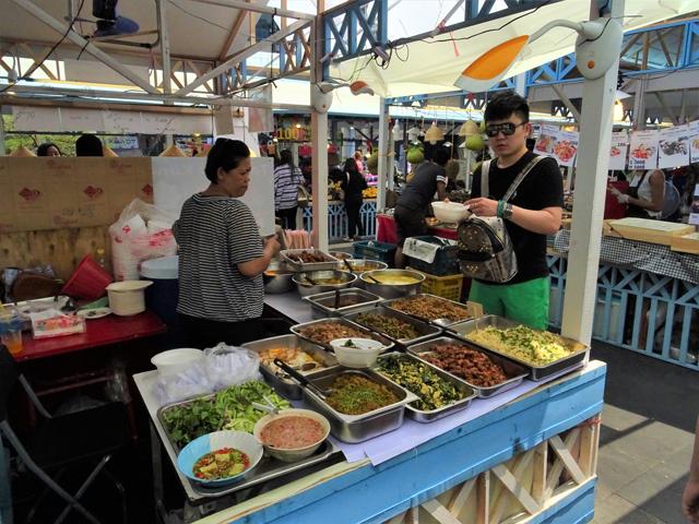 タイ式の総菜屋台にもナムプリック・ガピがある(手前の左あたり)