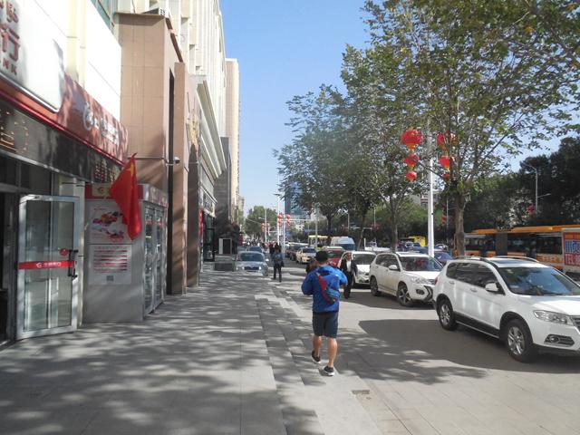 ウルムチの街。整然とされていて歩きやすいが、景気がいいのかそこら中で工事が進んでいた