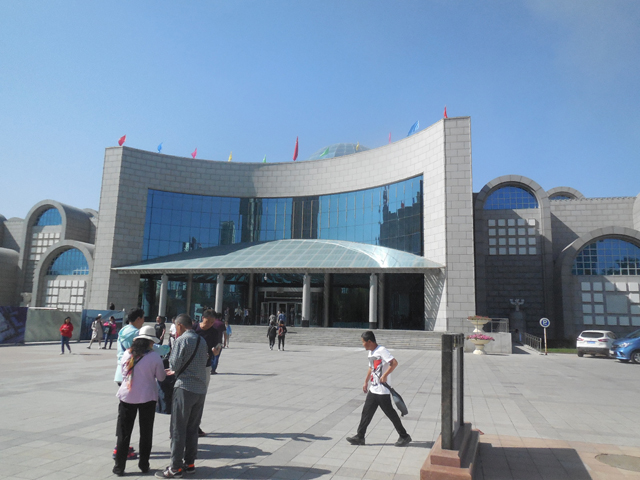 漢民族を都合よく解釈するウルムチ博物館。入口でライターを取られた