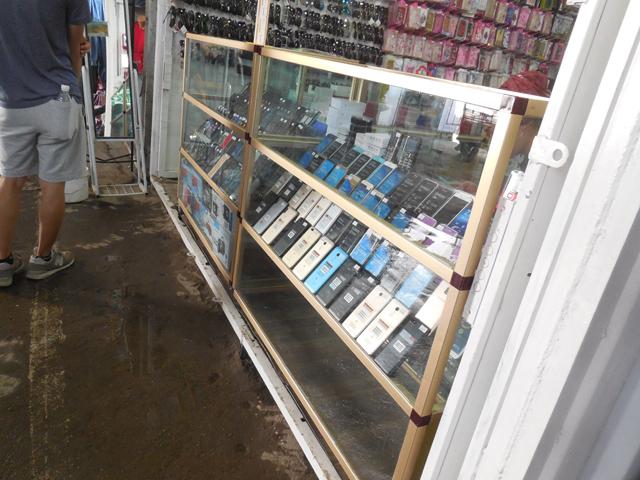 キルギスの市場には安いスマホがたくさん売られている。偽アイフォンなどもあるが、英語が通じない場合が多いので難儀だ