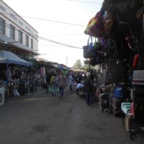 ビシュケクの市場。偽警官や悪徳警官が多く、被害も報告されている