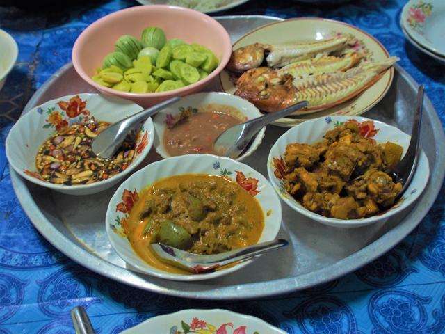タイ南部の家庭で出された夕食につくナムプリック・ガピ(中央)