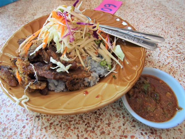 ちょっと「クア」したような肉が載るイスラム料理。なぜか米が水色