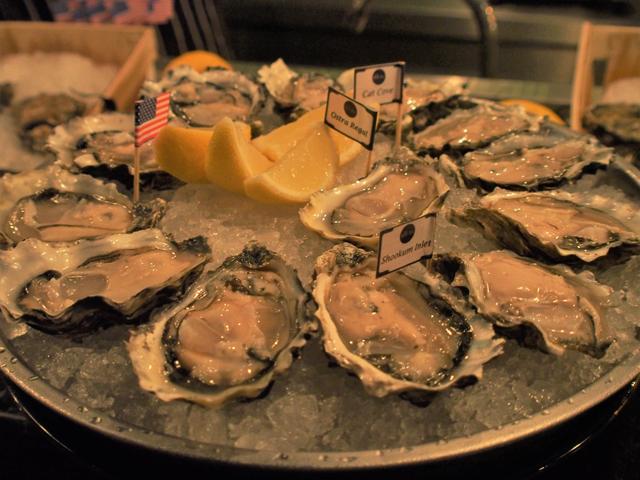 ここ数年でバンコクに急増したオイスターバーで食べる生牡蠣