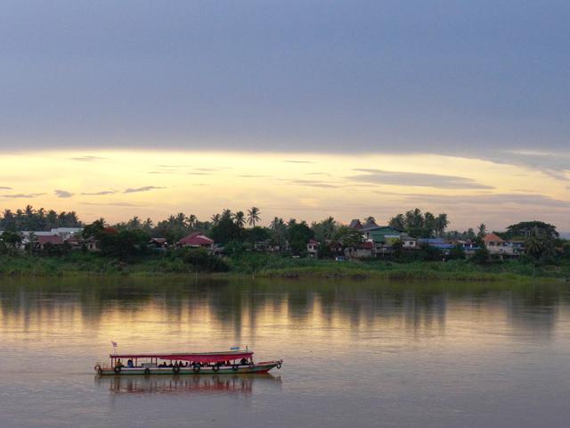 メコン川から対岸のラオスを望む。幻想的だ