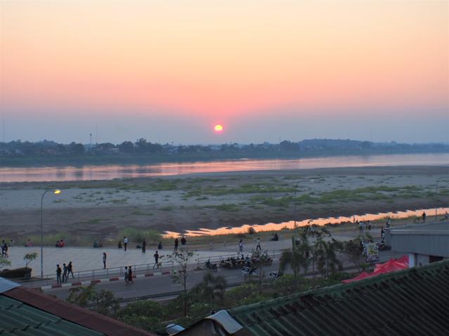 ビエンチャンから眺める、タイ領に沈んでいく夕陽