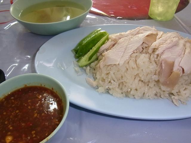 カオマンガイのタレはいろいろあるが、俺はタオチアオベースが好き