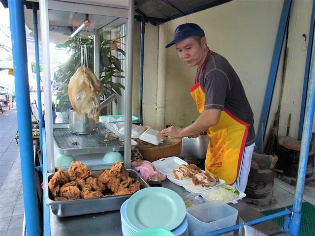 タイ語が読めなくても、店先の茹で鶏がカオマンガイ屋台の看板だ