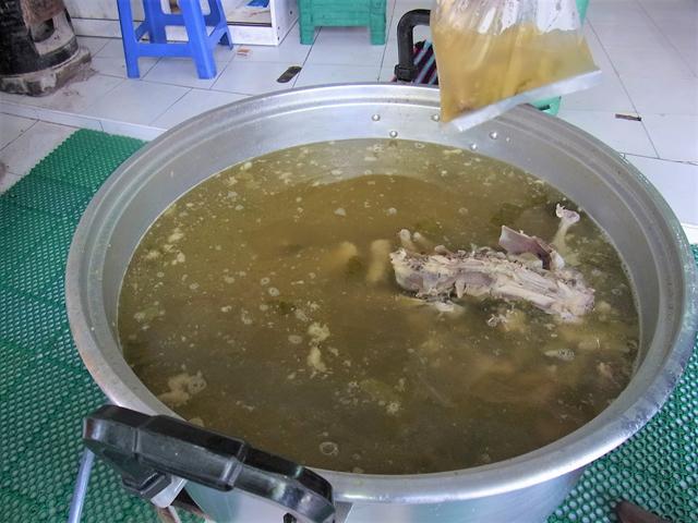 スープは鶏ガラのほか、サムンプライや野菜なども煮込んでいる