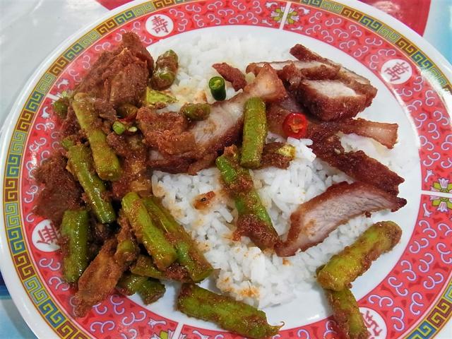 ぶっかけ飯屋台ではムー・グロープの単品もある。その場合は表面にナンプラーなどで味つけされていることもある。