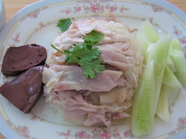 一般的なカオマンガイの一皿。冬瓜とパクチーはもはや必須。左の血でつくった豆腐のようなものは微妙