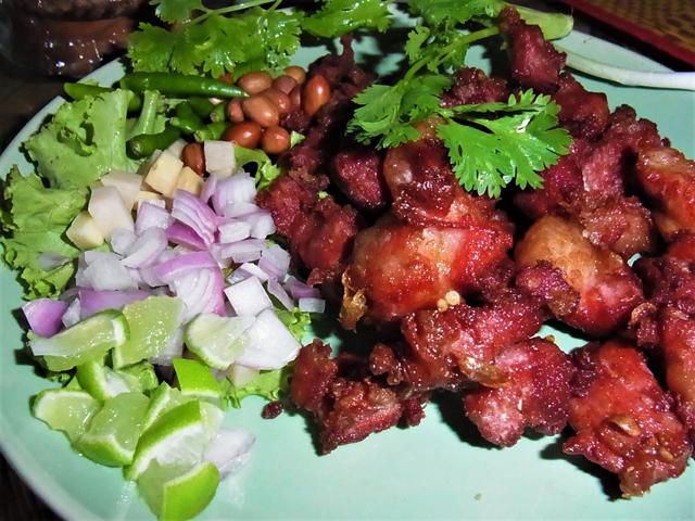ある飲食店の典型的なネーム・シークロンムー・トート。トウガラシなどを一緒に食べる。