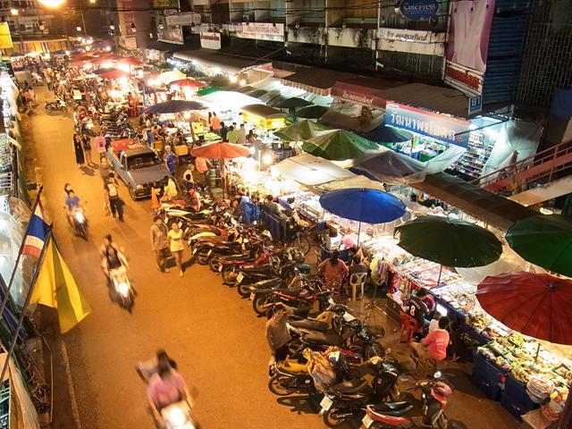 タイは最近路上での移動販売が難しくなっているのか、アイティーム・ガティの行商を見かけなくなってきた。