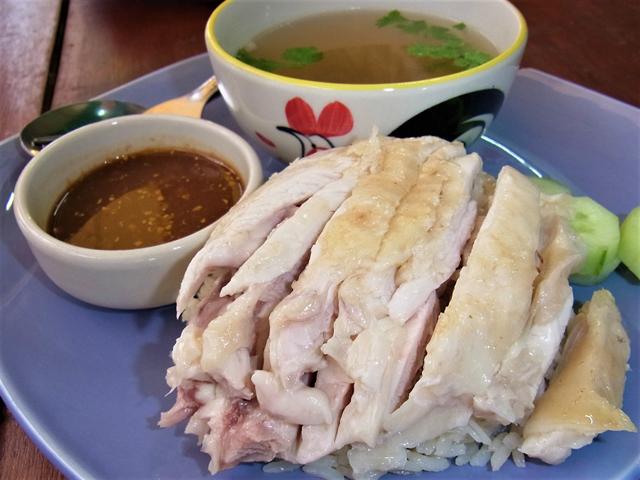 アーリーの日本人経営店のカオマンガイは肉が多め