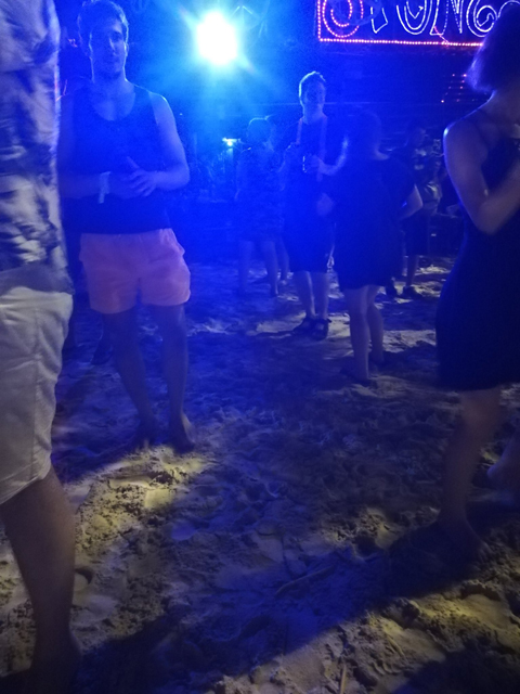 ビール片手に踊る若者達