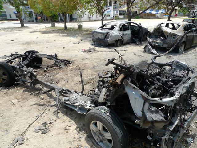 カーボム(自動車爆弾)の残骸。地元警察署に放置されていた