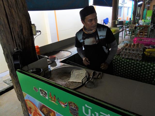 ローティーを作るムスリム男性。