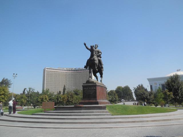 タシュケントの中心街、後方はウズベキスタン・ホテル