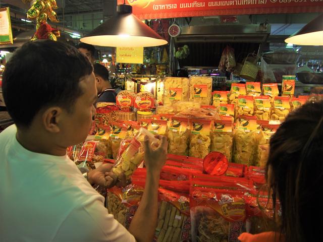 土産物店ではドリアンのチップスなどが売られる。