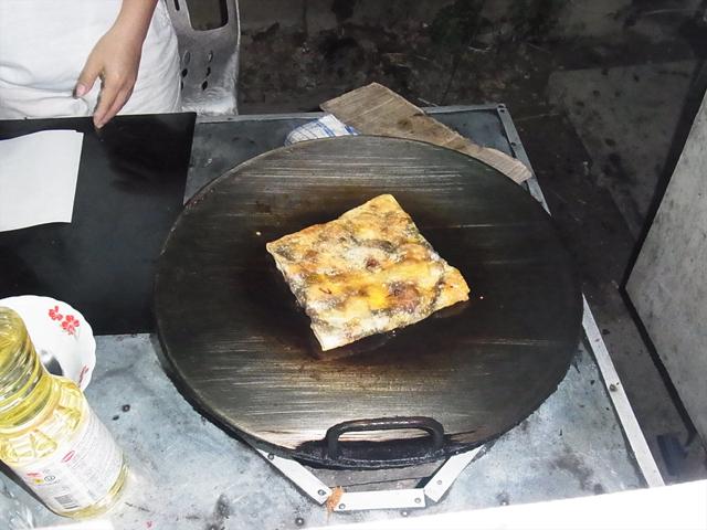 街中の屋台ではこんな風に焼くというか揚げていく。