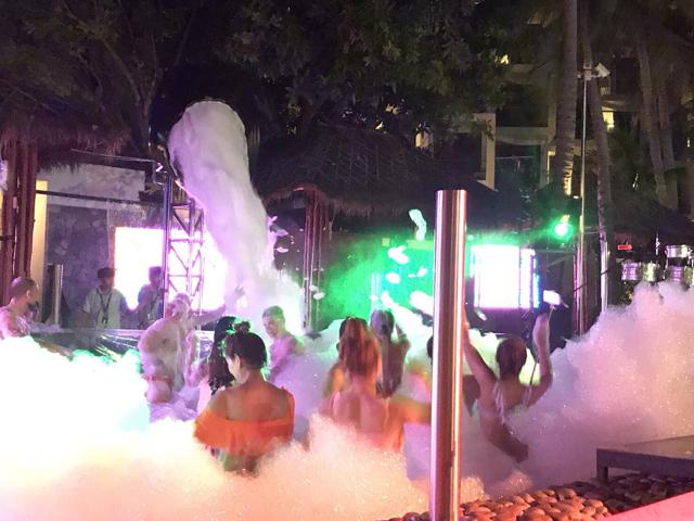 ハードロックホテル・パタヤのプールパーティー
