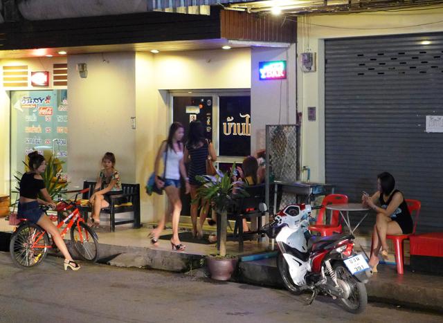 メコたちが行き交うローカルマッサージ。こんな店はタイの地方のどこにでもある