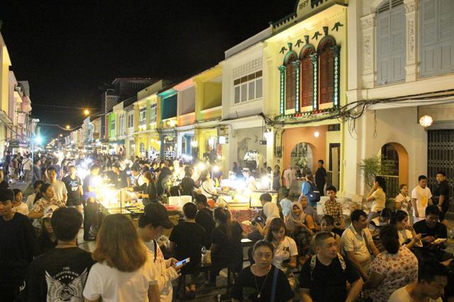 クラン通りのナイトマーケットは地元民にも観光客にも大人気となっている