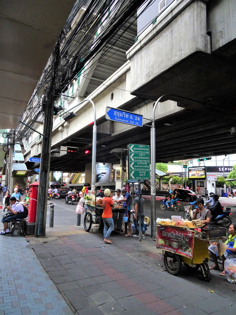 今や大都会のプロンポンエリアだが、建築現場労働者のための屋台でナマズをよく見る。