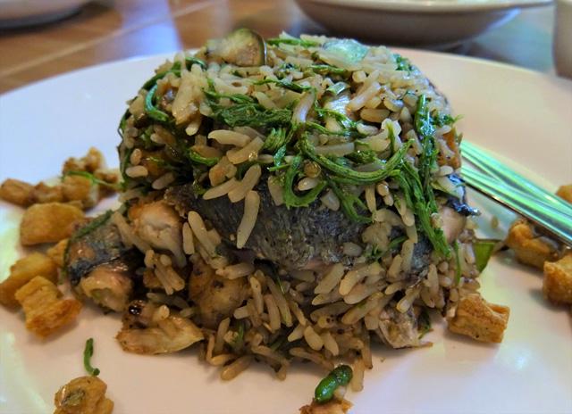 スクムビット通りソイ31の奥にあるレストランで食べた、カオパット・プラートゥーは美味だった。