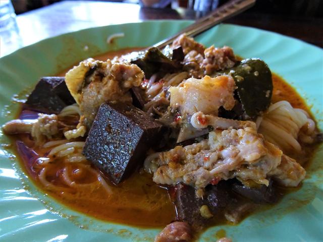 「トン・マラゴー」のカノムジーンは赤いスープと黄色いスープの2種類だった。