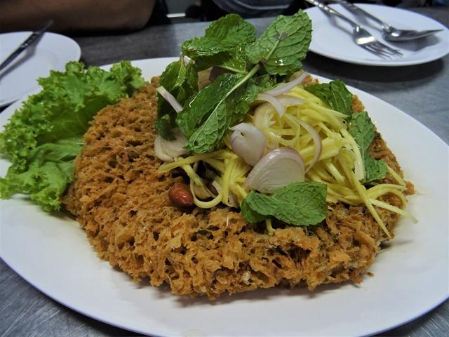 熱々のナマズの身とソースの甘辛が絶妙なのがヤム・プラードゥウクフーの魅力。