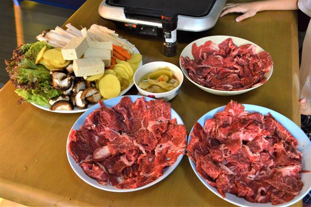 これだけ肉を用意しても700バーツかからない。