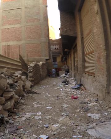 ゴミの街の路地