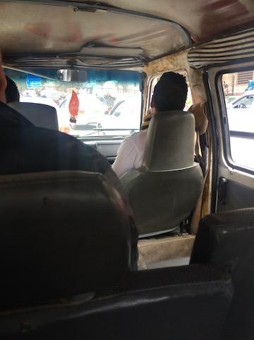 ゴミの街に向かうローカルバスの車内